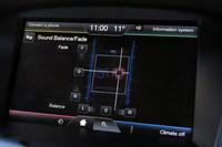 カーオーディオでは、スピーカーから視聴者(例えばドライバーなど)までの距離がバラバラなので、厳密には、各スピーカーの発する音はずれて聞こえています。「タイムアライメント」はそれを解消するための機能で、スピーカーごとに音の出るタイミングをずらすことで、聴く人のもとに同時に音を届けるというもの。はっきりと効果の分かる機能なので、ひとりでドライブするときなどにぜひお試しあれ。
