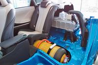 計2個の高圧水素タンク(写真の黄色い容器)は、後席と荷室の下におさまる。