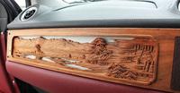助手席の前に配される、井波彫刻の木製パネル。富山湾越しに見る立山連峰の景色が表現されている。制作期間は約2カ月。素材には、耐久性に優れる桜の木が使われている。