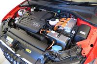 エンジンには最高出力150psを発生する1.4リッター直4ターボを採用。モーターは6段デュアルクラッチ式ATの中に搭載される。