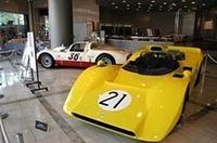 69年日本グランプリで、黒沢元治のドライブにより優勝した「日産R382」と、国産レーシングマシンの開発に多大な影響を与えた「ポルシェ906(カレラ6)」。