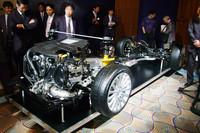 会場には、「シンメトリカルAWD」を説明するプラットフォームの展示も。