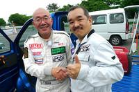 """""""EV冒険野郎""""ことZEVEXの鈴木一史さん(右)と、、ZEVEXレーシングチーム監督の大津志伸さん。"""