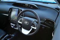 運転席まわりの様子。ダッシュボード中央の天地に薄いメーターや、センターコンソールの大型モニターが特徴的。