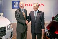 GMのスティーブ・ガースキー副会長(左)と、本田技研工業の岩村哲夫副社長(右)。