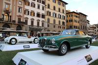 会期中に市内シニョリーア広場で催された「イタリアの自動車デザイン」。手前はヴィニャーレによる1953年「ランチア・アウレリア」、奥は、2014年5月のヴィラ・デステ・コンクールで「コッパ・ドーロ」を受賞した、1931年「アルファ・ロメオ6C 1750 GSザガート/アプリーレ」。