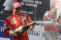 2位入賞のマッサ。勝てるレースで、アロンソにしてやられた。残り5周で繰り広げられた接触-ポジションチェンジに関して、ウィナーのアロンソが「わざとやった」と言ったことにご立腹。ポディウム、優勝記者会見でも仏頂面を見せていた。(写真=Ferrari)