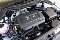 「ポロGTI」の1.8リッター直4ターボエンジン。MT仕様車(写真)のものは、AT仕様車の25.5kgmより7.1kgm大きな、32.6kgmの最大トルクを発生する。