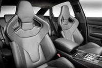 前席には、サイドサポートが大きなスポーツシートが奢られる。レーンアシストやクルーズコントロールなど、快適装備も充実。