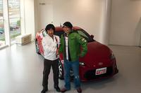 トヨタマーケティングジャパン マーケティングディレクター喜馬克治氏(写真左)とピストン西沢氏(写真右)