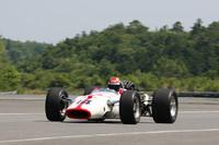 ロードレース世界GPとF1、二輪と四輪双方の最高峰でチャンピオンを獲得した唯一の男であるジョン・サーティースのドライブで、1967年イタリアGPで勝利した「RA300」。サーティースの発案により、開発期間短縮のためイギリスの「ローラ」のインディカー用シャシーを改造して用いたため、外国では「ホンドーラ」などとも呼ばれた。  (走行シーンが動画で見られます)