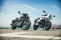 「ハーレーダビッドソン・ロードスター カフェカスタム・コアパッケージ」(左)と「BMW R nineTレーサー」(右)。
