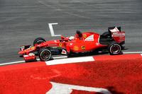灼熱(しゃくねつ)のマレーシアで、フェラーリの今季型「SF15-T」は、タイヤのデグラデーション(タレ)に優れているというマシン特性からライバルより1回少ない2ストップ作戦を敢行。レース序盤のセーフティーカー導入でベッテル(写真)はタイヤ交換に入らず、強敵メルセデス勢を相手に優位にレースを戦った。(Photo=Ferrari)