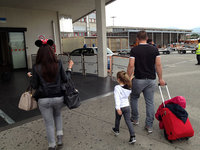 イタリアのピサ空港にて、パリからの便が到着。「夢と魔法の王国」の呪文は、まだ解けないようだ。