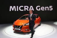 """ゴーン氏はルノーの後、日産ブースでもスピーチ。史上初の""""フランス製日産車""""となる新型「マイクラ」を紹介した。"""