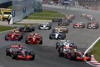 スタートシーン。ポールシッターのハミルトン(前列右)のアウト側からアロンソが並びかけるが、チャンピオンはコースオフし、順位を3位まで落とした。その間、ハイドフェルドが2位に。(写真=BMW)