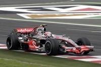 ペナルティづくしだったマクラーレンにあって、ヘイキ・コバライネンの表彰台は最後の夢。終盤、3位のトゥルーリを追いかけ、最終周ではホイールを接触させるほどの激しい接戦を繰り広げたが、オーバーテイクならず。(写真=Mercedes Benz)