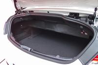 トランクルームの容量は、ソフトトップオープン時で285リッター。後席の背もたれを倒すことで、長尺物にも対応できる。