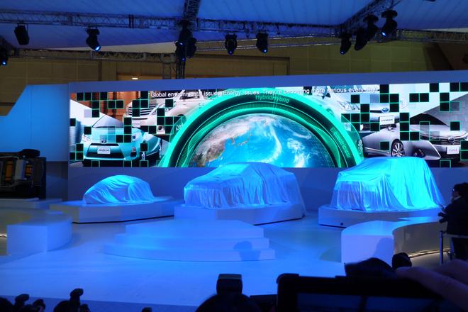 いよいよプレスカンファレンスがスタート。ステージ上では3台のコンセプトカーがアンベールを待つ。