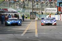 優勝したNo.12 カルソニック IMPUL GT-R(松田次生/セバスチャン・フィリップ組)と2位となったNo.100 RAYBRIG NSX(井出有治/細川慎弥/松浦孝亮組)が同時にピットイン。作業を終えてピットアウトする。