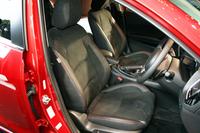 「アクセラスポーツ」のフロントシート(写真はオプションのラックススエード/レザーのコンビシート)。