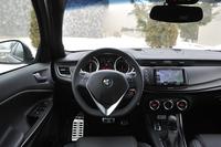限定車「ローンチエディション」の運転席まわり。その造形は、基本的に標準車「ジュリエッタ QV」と変わらない。ハンドル位置は、左右が選べる。