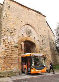 ピサ県ヴォルテッラの路線バス。こうした旧市街で使うバスは、それなりに小型なのだが、中世の城壁を通るのは超絶技巧を要する。