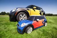 ブルーのボディーカラーで統一される「Mini MINI」。写真奥は、実車の「MINI」だ。