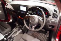 インストゥルメントパネルは、水平基調のデザインで車体の安定感を演出。その表面はソフトな素材で覆われる。