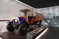 1階エントランスに展示されている1924年「ウーズレーCP型」。いすゞの前身である東京石川島造船所が、英国ウーズレー社と提携して国産化した1.5t積トラック。経済産業省から近代化産業遺産に認定されている。