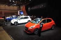 プジョーブースの展示車両。手前のオレンジのモデルが、改良を受けた「208」だ。