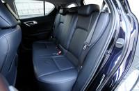 後席は、前席よりもやや中央寄りにレイアウト。見晴らしのよい前方視界が得られるという。