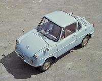 マツダは1960年に発売された初の乗用車である「R360クーペ」に始まる、同社のデザインヘリテージをテーマとした展示を行う。