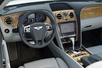 明るいアッシュ材の木目が美しいダッシュボード。シートにはソフトな感触の革が使用される。