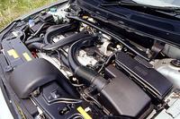 T-6の3リッター直6DOHCツインターボ。ボンネットとエンジンの間には、80mmの隙間がもうけられた。これは、歩行者に衝突した際、ボンネットに頭部が打ち付けられた際に、衝撃を吸収するため。「ペダストリアンプロテクション」と呼ばれる。フロントバンパーの内側には、「S60」と同じ高さにクロスメンバーを設置。背の低い乗用車と衝突しても、相手の最も丈夫な部分と当たるように設計された。ちなみに、XC90シリーズは、すべて「優ー低排出ガス」をパスした環境性能を有する。
