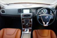 運転席まわりの様子。特徴的なデザインのセンターコンソールは、ほかボルボ車でもおなじみのもの。