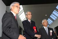 実車展示を前に「トヨダAA型乗用車」について語りあう(右から)豊田章一郎名誉会長、小林彰太郎『CAR GRAPHIC』名誉編集長、そしてトヨタ博物館の山田耕二氏。