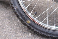 本モデルから中国製となった「スーパーカブ50」。タイヤのメーカーロゴの上に黄色い軽点マーク(タイヤの周上で最も軽い部分を示す)が乗ってしまっているおおらかさがすてきだ。