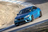 ラグナセカ名物コークスクリューを下る「BMW M2」。一般道での快適性も確保したスポーツモデルだ。(photo:BMW)