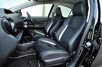 """「アクアG""""G's""""」には、アルカンターラと合成皮革を使用した専用のフロントシートが装着される。"""
