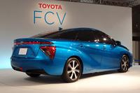 FCV(市販予定車)のリアビュー。サイドの特徴的なキャラクターラインやリアコンビランプのデザインが目を引く。