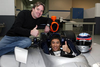 KVレーシング・テクノロジーでマシンに乗り込む琢磨。写真左は、チームオーナーのジミー・ヴァッサー氏。