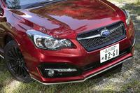 エクステリアは、専用のフロントバンパーやルーフエンドスポイラーなどでドレスアップ。ガソリンエンジン車とは異なる個性が演出される。