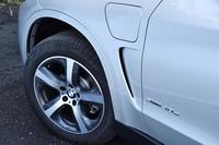 標準仕様のタイヤサイズは255/50R19。充電口は左側のフロントフェンダーパネルの上部に備わっている。
