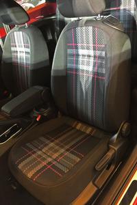 スポーティーモデル「GTIシリーズ」専用のタータンチェックをピンク色にアレンジしたファブリックシートが装着される。