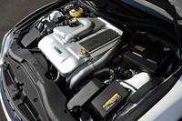 コンプリートカーのキモとなる、スーパーチャージドエンジン。カバーにはモデリスタとトムスのロゴが見られる。