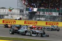 母国のファンを前に予選で圧倒的な速さを披露しポールポジションを獲得したルイス・ハミルトン(写真手前)。メルセデス移籍後の初勝利に向け、1位のポジションからレースを組み立て始めたところで、突如左リアタイヤのバーストに見舞われた。大きく順位を落としたが、その後挽回し4位完走。(Photo=Mercedes)