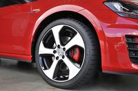 試乗車にはショックアブソーバーの減衰力や電動パワーステアリングの特性を統合制御するDCCと、225/40R18サイズのタイヤがセットとなる「DCCパッケージ」オプションが与えられていた。