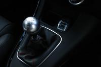 トランスミッションは6段MTのみ。シフトレバーの前方に、ドライビングモードの統合制御システム「D.N.A.」のスライドスイッチが用意される。