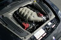 エンジンも、またカッコイイ。乾いたエグゾーストノートには、大排気量ユニットらしい、ドロっとした野太さが混じる。